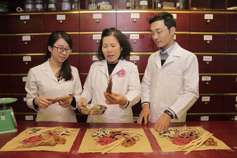Các bác sĩ, chuyên gia YHCT nghiên cứu trong phòng dược liệu